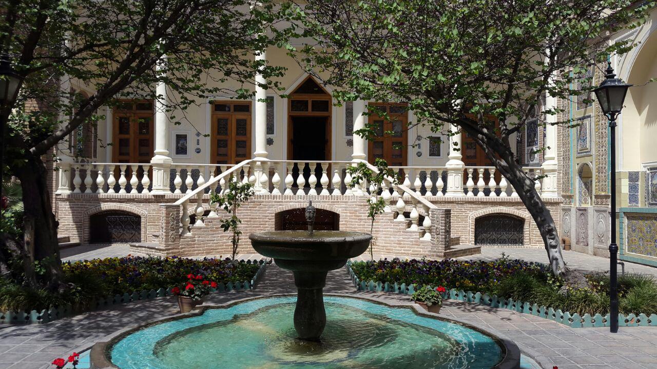 حیاط اندرونی خانه موزه مقدم