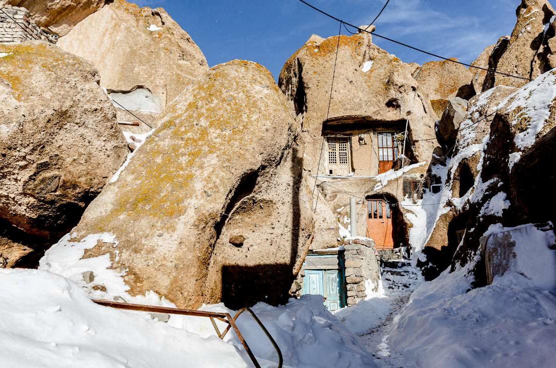 برف زمستانی در روستای صخره ای کندوان