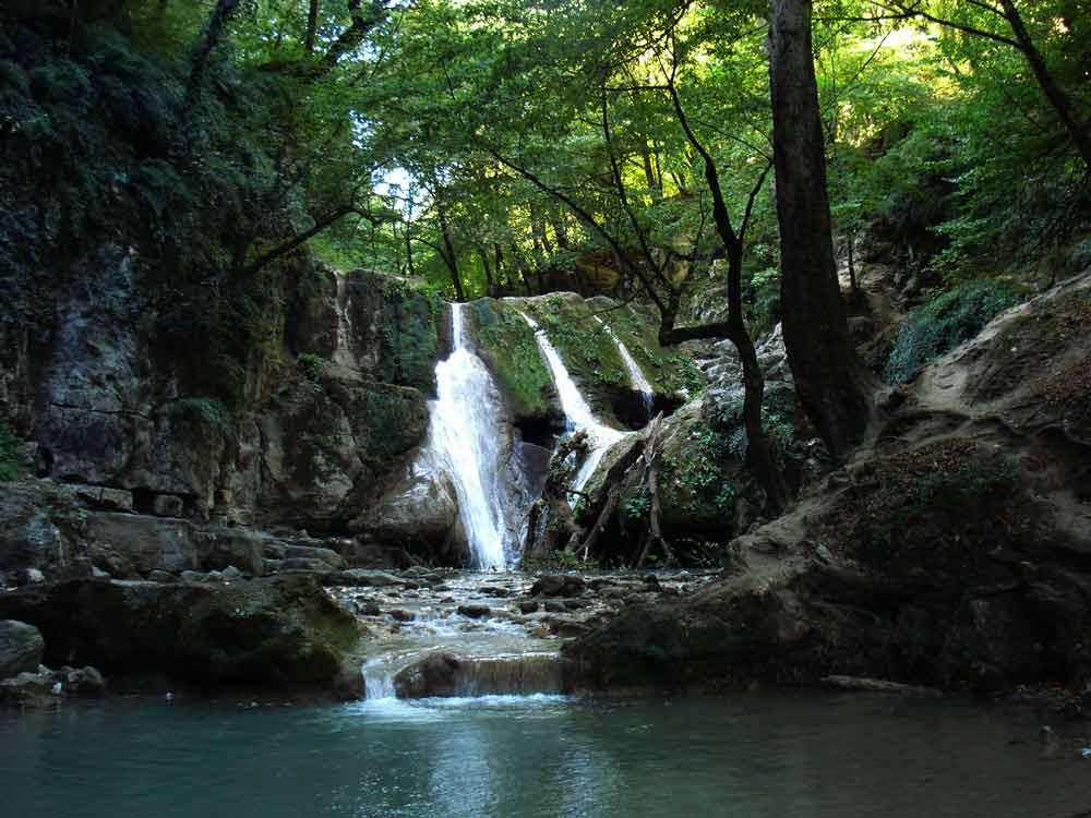 آبشار کوچک نزدیک لاتون