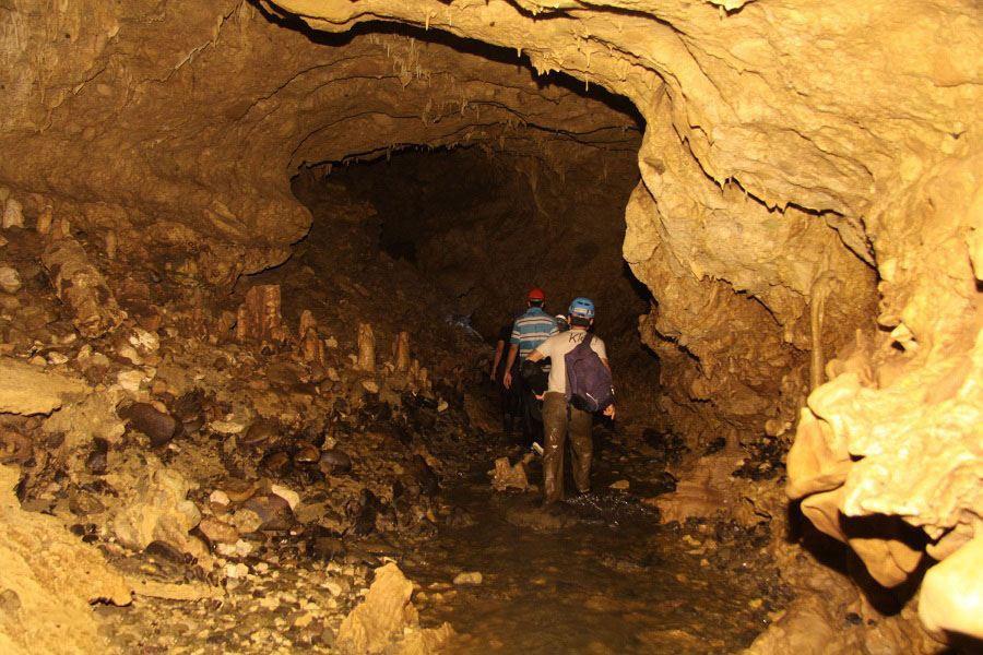 محوطه داخلی غار دانیال