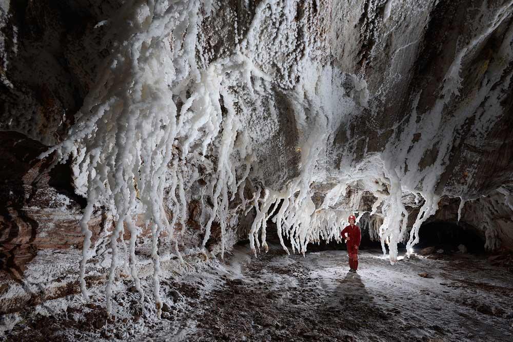 داخل غار نمکی قشم