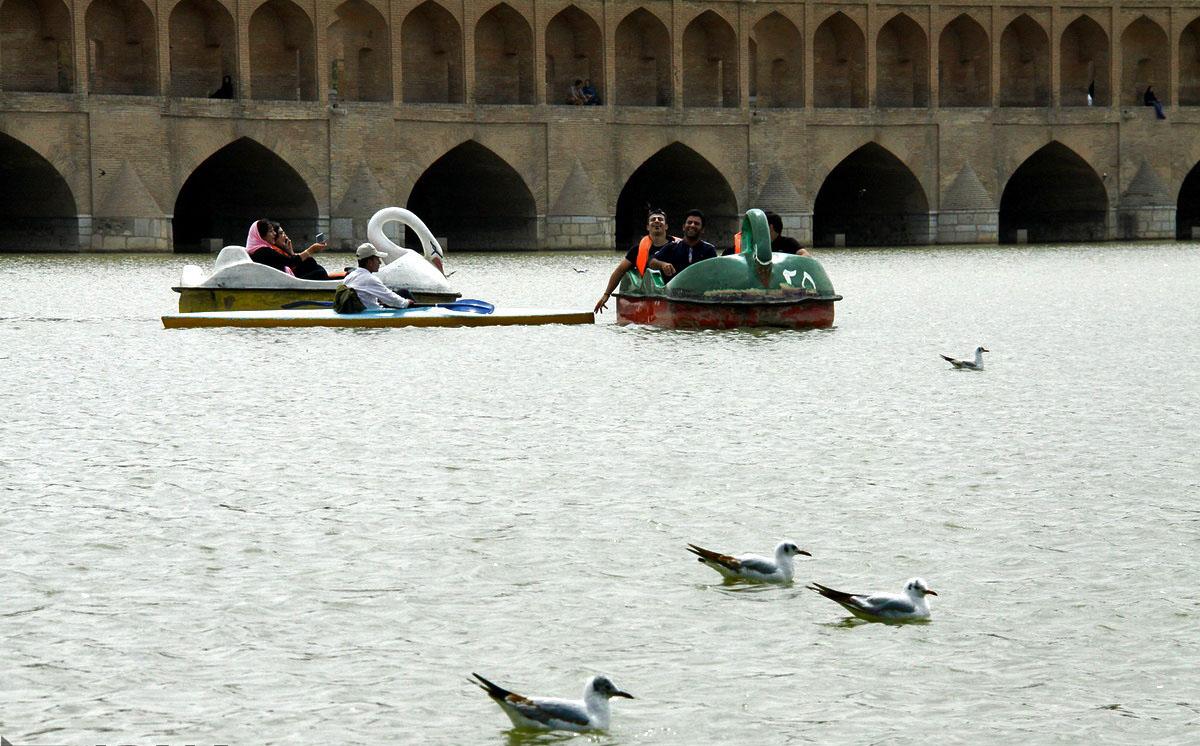 قایق سواری در رودخانه زاینده رود
