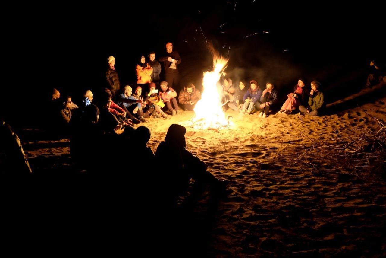 نشستن کنار آتش در کویر