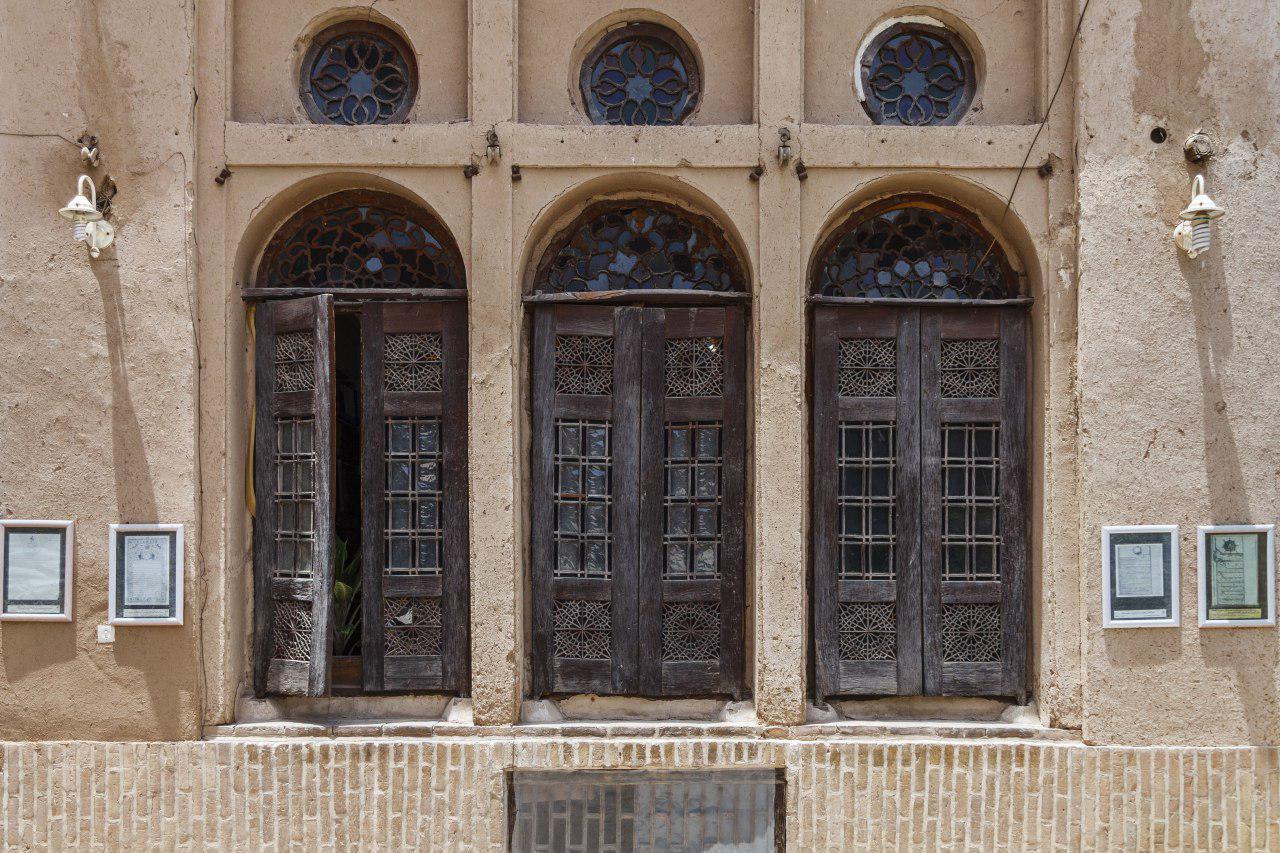 در و پنجره خانه لاری ها در محله فهادان