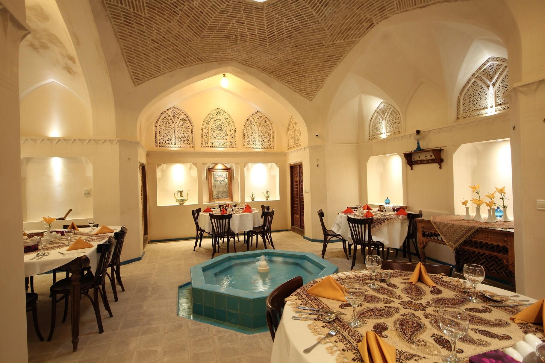 رستوران هتل راهب کاشان