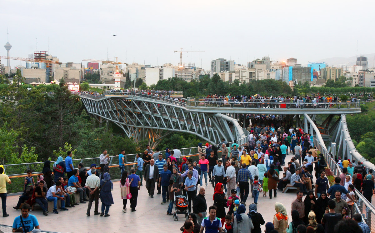 پیاده روی روی یکی نمادهای تهران