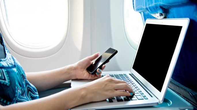 کار با لپ تاپ در هواپیما