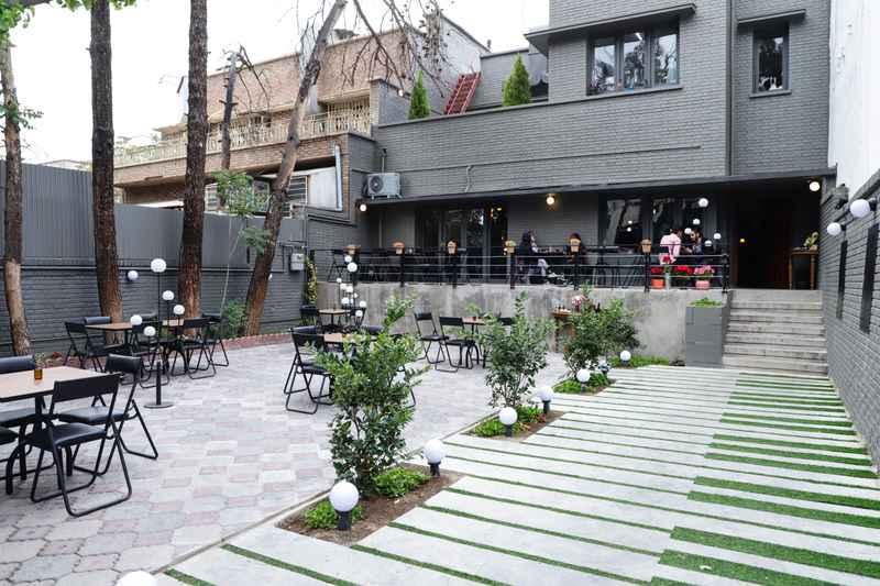 کافه دور میز