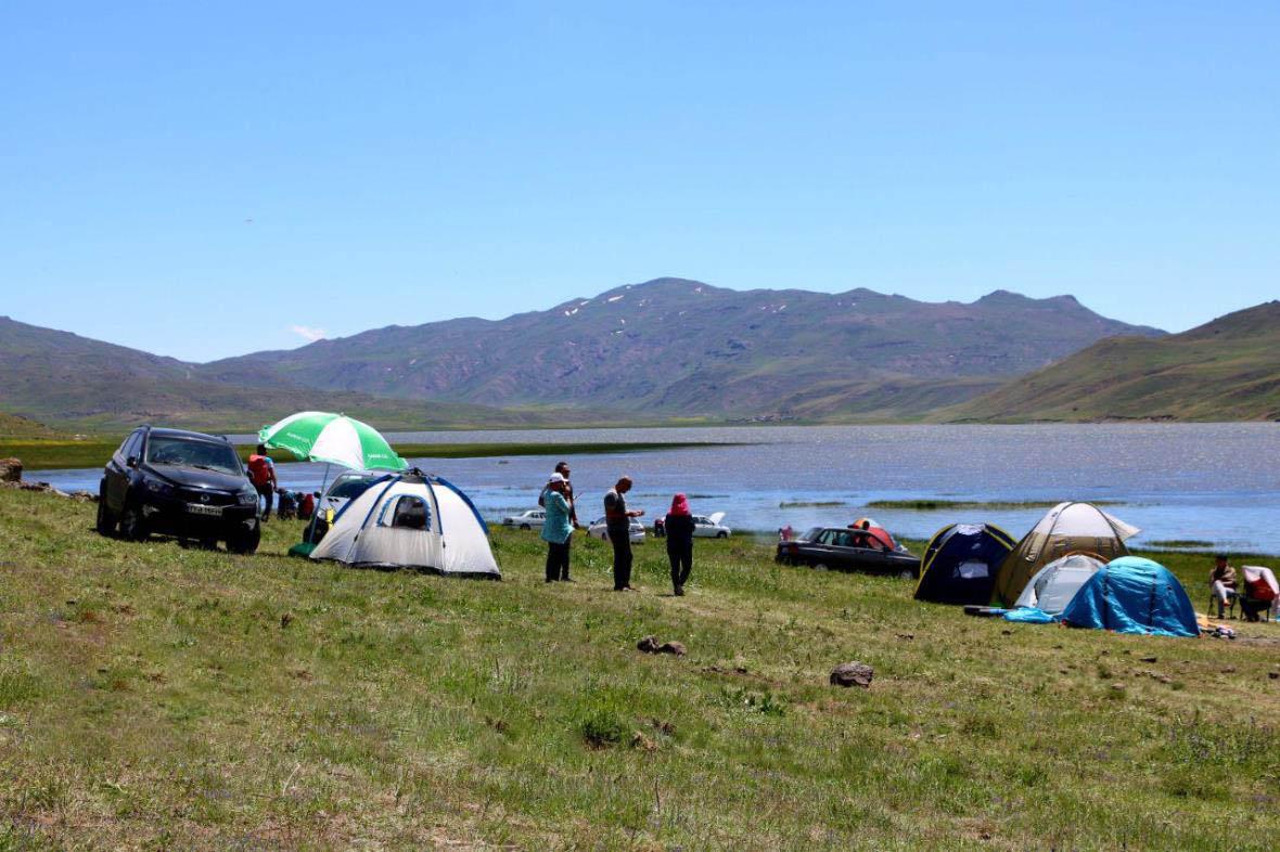 کمپ کردن اطراف دریاچه