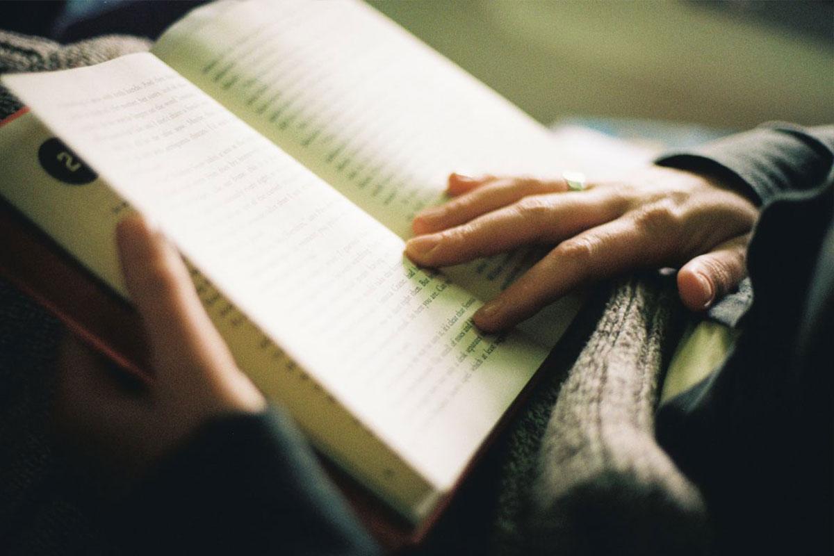 کتاب خواندن در اتوبوس